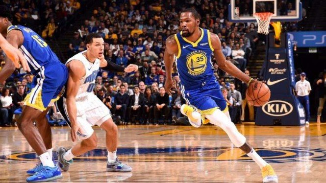 Bintang Golden State Warriors, Kevin Durant (kanan)