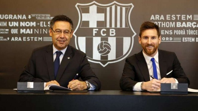 Presiden Barcelona, Josep Maria Bartomeu (kiri) bersama Lionel Messi