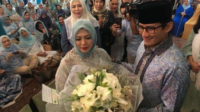 Sandiaga Uno memberi bunga kepada istrinya Nur Asia Uno saat ulang tahun beberapa waktu silam.