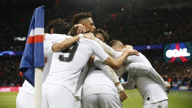 Pemain PSG merayakan gol ke gawang Liverpool