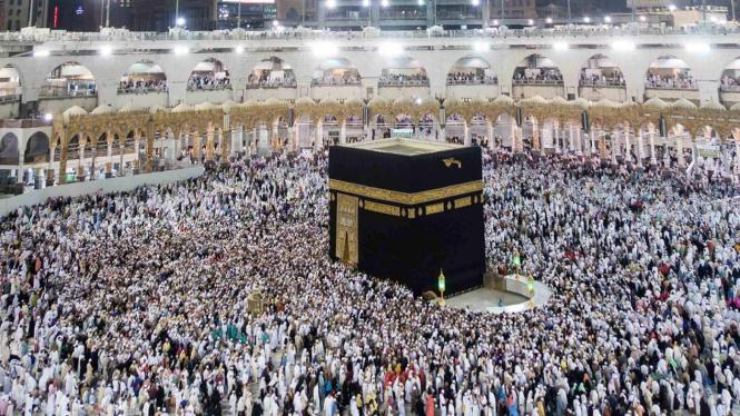 Sejumlah umat bermunajat di dinding Kabah bagian dalam Hijir Ismail di Masjidil Haram, Mekah.
