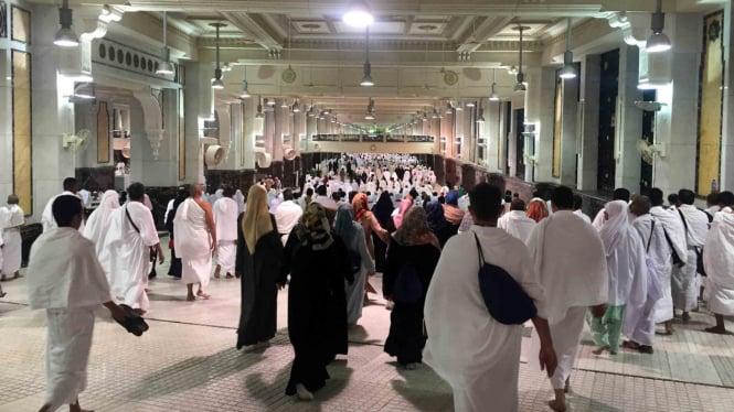 Ribuan umat melakukan tawaf dan peribadatan di Kabah, Masjidil Haram, Mekkah.
