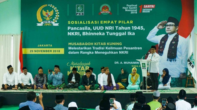 Ketua Umum Partai Kebangkitan Bangsa (PKB), Muhaimin Iskandar (kedua kanan) saat membukan Festival Hari Santri 2018 di kantor DPP PKB, Jakarta, 29 November 2018.