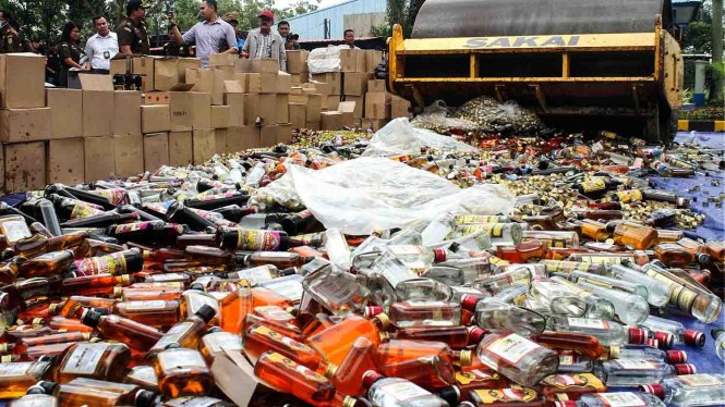 Petugas mengoperasikan alat berat melakukan pemusnahan minuman mengandung etil alkohol ilegal, di Kantor Pengawasan dan Pelayanan Bea Cukai Tipe Madya Pabean A Bekasi, Cikarang, Kabupaten Bekasi, Jawa Barat