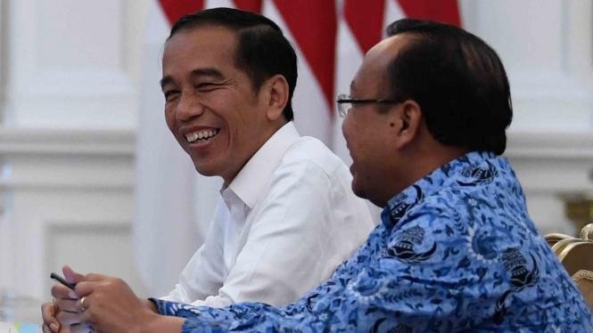 Presiden Joko Widodo (kiri)