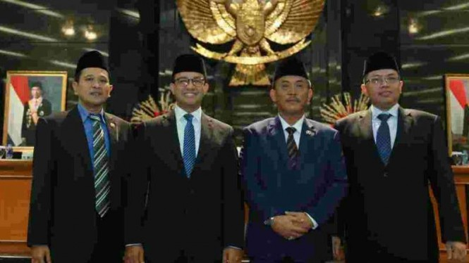 Gubernur Anies Baswedan (kedua kiri) bersama pimpinan DPRD DKI Jakarta.