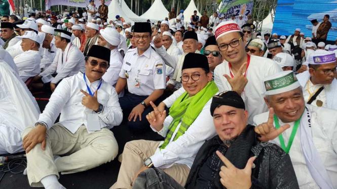 Gubernur DKI Jakarta, Anies Baswedan (kedua kiri), Fadli Zon (tengah), Ahmad Dhani (kedua kanan), dan Adyaksa Dault (kiri) menghadiri Reuni 212 di Monas, Jakarta