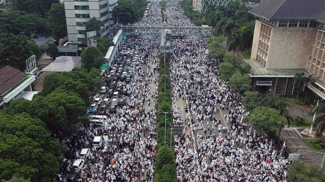 Umat muslim mengikuti aksi reuni 212 di Jalan MH Thamrin, Jakarta