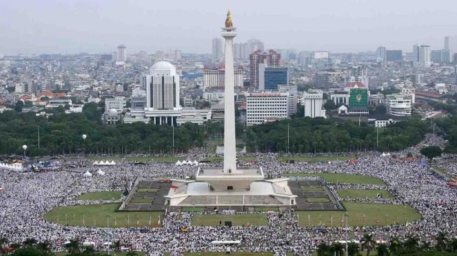 Umat muslim mengikuti aksi reuni 212 di Monas, Jakarta