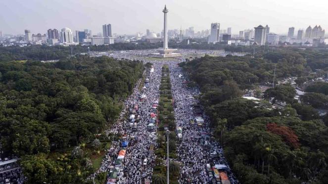 Peserta aksi reuni 212 memadati kawasan Monas di Jakarta