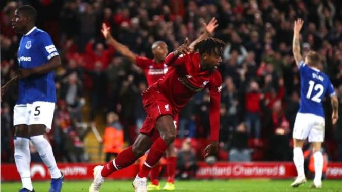 Penyerang Liverpool, Divock Origi, mencetak gol ke gawang Everton