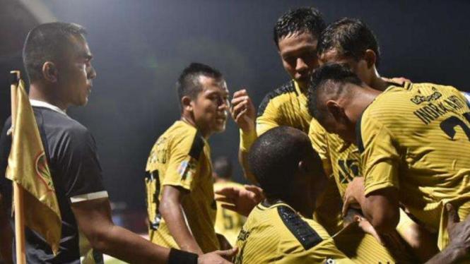 Para pemain Bhayangkara FC merayakan gol