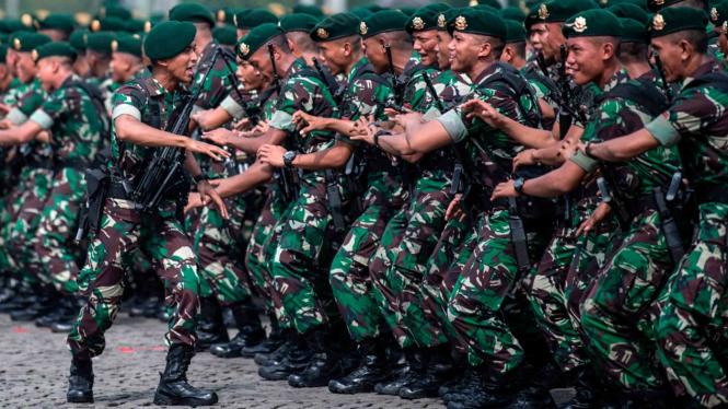 Prajurit Kostrad TNI AD meneriakkan yel-yel saat Apel Kesiapan TNI di Lapangan Monas, Jakarta Pusat beberapa waktu lalu.