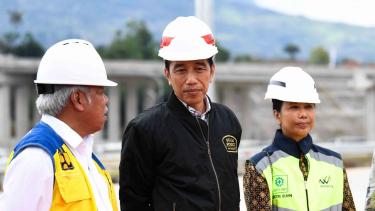 Presiden Joko Widodo (kedua kiri) berbincang dengan Menteri PUPR Basuki Hadimuljono (kiri) dan Menteri BUMN Rini Soemarno (kanan) saat akan meresmikan pengoperasian Jalan Tol Ciawi-Sukabumi Seksi 1 (Ciawi-Cigombong) di Gerbang Tol Cigombong, Bogor, Jawa B