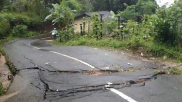 Jalan rusak parah akibat longsor dan pergerakan tanah di Garut.