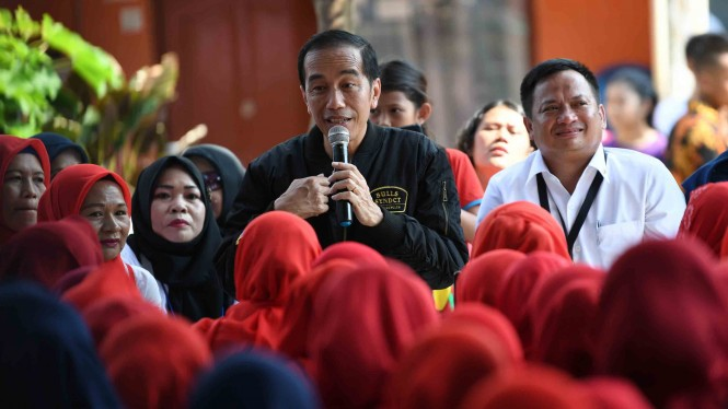 Presiden Joko Widodo (keempat kiri) berdialog dengan kelompok Permodalan Nasional Madani (PNM) Mekaar di Bogor, Jawa Barat