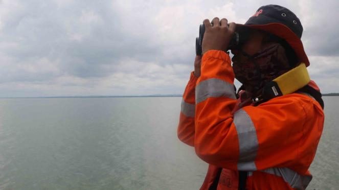 Petugas Basarnas Surabaya mencari korban KM Gerbang Samudra I yang terbakar di perairan laut sekitar Pulau Karang Jamuang, Jawa Timur