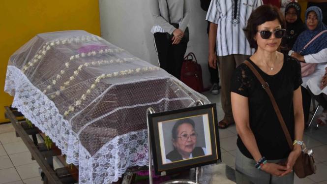Putri sastrawan Nurhayati Sri Hardini Siti Nukatin atau NH Dini (82), Marie Claire Lintang Coffin (kanan) berdiri di samping peti jenazah ibunya sebelum proses kremasi di Krematorium Gotong Royong, Ambarawa, Kabupaten Semarang, Jawa Tengah, Rabu, 5 Desemb