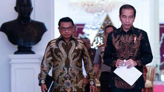 Presiden Joko Widodo (kanan) didampingi Kepala Staf Presiden Moeldoko bersiap memberikan keterangan pers di Istana Merdeka, Jakarta