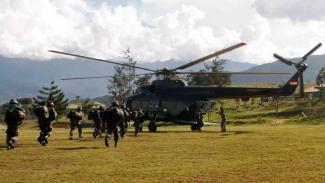 Prajurit TNI bersiap menaiki helikopter menuju Nduga di Wamena, Papua, Rabu, 5 Desember 2018.