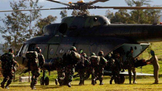 Ilustrasi Prajurit TNI bersiap menaiki helikopter menuju Nduga di Wamena, Papua, Rabu, 5 Desember 2018.