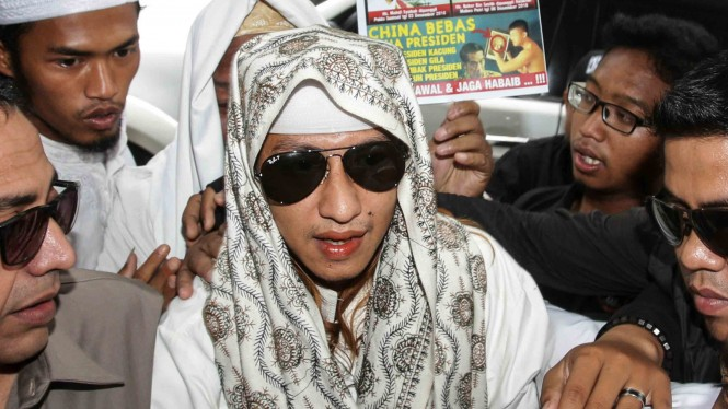 Habib Bahar bin Smith (tengah) memasuki gedung saat akan menjalani pemeriksaan di Bareskrim Polri, Jakarta