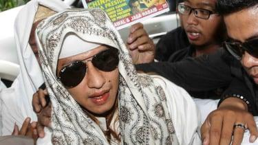 Habib Bahar bin Smith memasuki gedung saat akan menjalani pemeriksaan di Bareskrim Polri, Jakarta