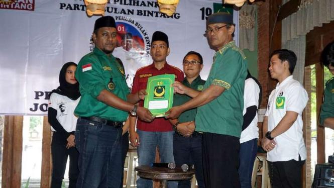 Sejumlah pengurus Partai Bulan Bintang (PBB) di wilayah Solo Raya mendeklarasikan dukungan mereka kepada Joko Widodo-Ma'ruf Amin di Solo, Jawa Tengah, pada Kamis, 6 Desember 2018.
