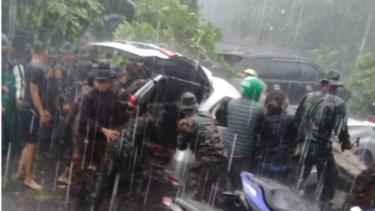 Evakuasi korban pohon tumbang di Bogor, Jawa Barat, oleh personel TNI.