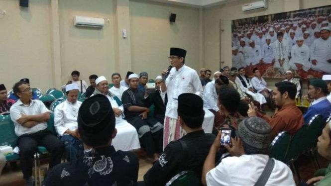 Calon wakil presiden Sandiaga Uno berdialog dengan kiai kampung dan guru mengaji di Malang, Jawa Timur, Kamis, 6 Desember 2018.