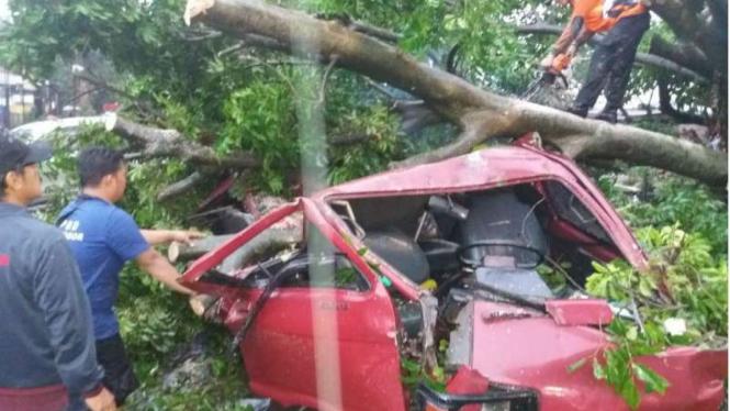 Angin puting beliung hantam Kota Bogor