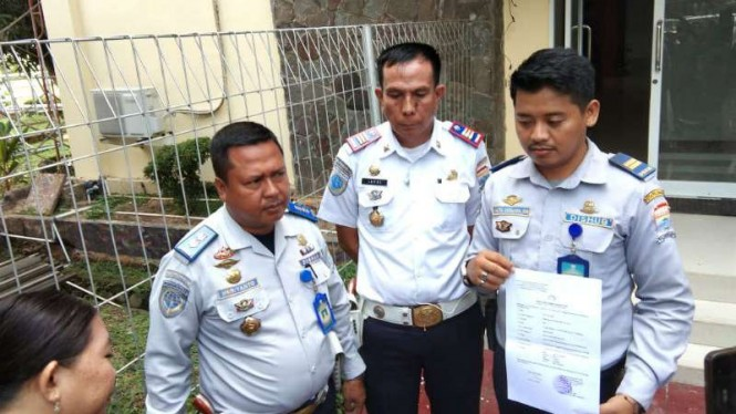 Tiga petugas Dinas Perhubungan Kota Palembang memperlihatkan dokumen bukti pelaporan kepada polisi setelah mereka nyaris dibacok seorang juru parkir bersenjata pedang, Kamis, 6 Desember 2018.