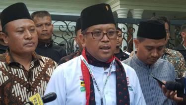 Sekretaris Tim Kampanye Nasional Jokowi-Ma'ruf Amin, Hasto Kristiyanto, usai menemui calon wakil presiden Ma'ruf Amin di kediamannya di Jalan Situbondo, Jakarta, Kamis, 6 Desember 2018.