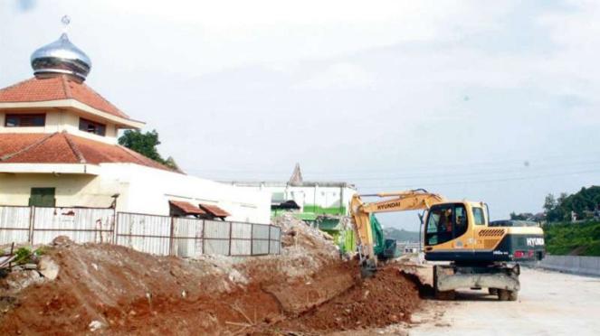 Masjid Baiturohim Masih Berdiri Kokoh di Tengah Tol Semarang