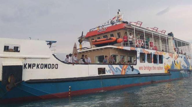 Kapal motor penumpang Komodo kandas di lautan dangkal di perairan Desa Pasir Panjang, Kabupaten Manggarai Barat, Nusa Tenggara Timur, Jumat, 7 Desember 2018.