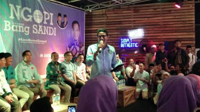 Calon wakil presiden Sandiaga Salahudin Uno dalam acara Ngopi Bareng Sandi Uno bersama mahasiswa di Gunz Cafe Palembang, Sumatera Selatan, Jumat, 7 Desember 2018.