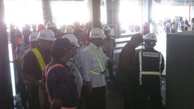 Menteri Perhubungan Budi Karya Sumadi meninjau berbagai fasilitas modern di terminal penumpang Pelabuhan Tanjung Emas Semarang, Jumat, 7 Desember 2018.