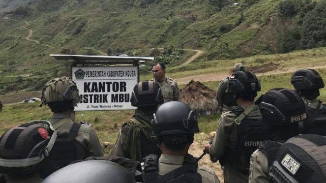 Aparat Brimob patroli di kantor Pemkab Nduga, Papua