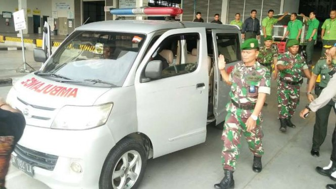 Ambulans membawa jenazah korban KKB Papua, Jepri Simaremare di Bandara Kualanamu