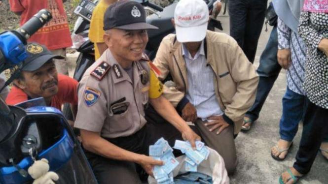 Sekarung e-KTP ditemukan di Duren Sawit, Jakarta Timur, Sabtu, 8 Desember 2018.