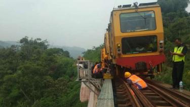 Kereta kerja (MTT) mengalami anjlok antara Stasiun Padalarang - Stasiun Cilame.