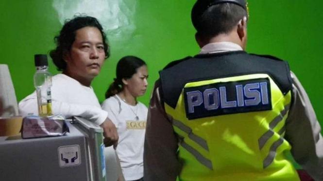 Polisi menggerebek seorang caleg Parta Berkarya yang indehoi dengan wanita bukan istrinya di Kabupaten Sleman, DI Yogyakarta, Minggu dini hari, 9 Desember 2018.