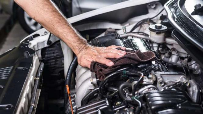 Ilustrasi membersihkan mesin mobil