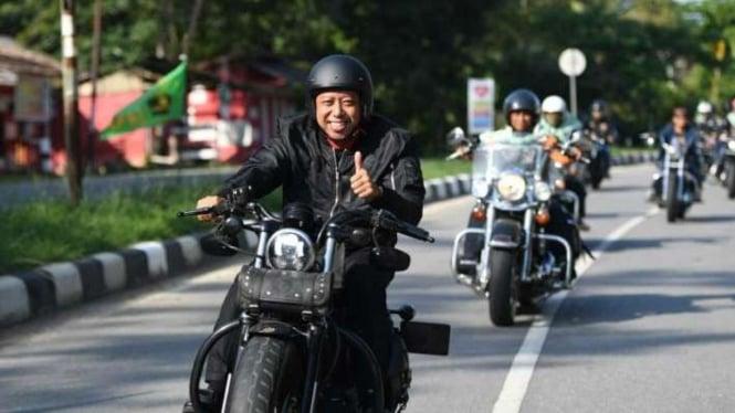 Ketua Umum PPP M. Romahurmuziy menunggangi Harley Davidson.