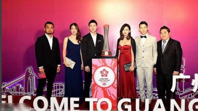 Goh Liu Ying  bergaun merah.