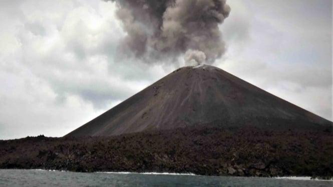 Gumpalan awan menyembur saat terjadi letusan Gunung Anak Krakatau (GAK) di Selat Sunda, Banten
