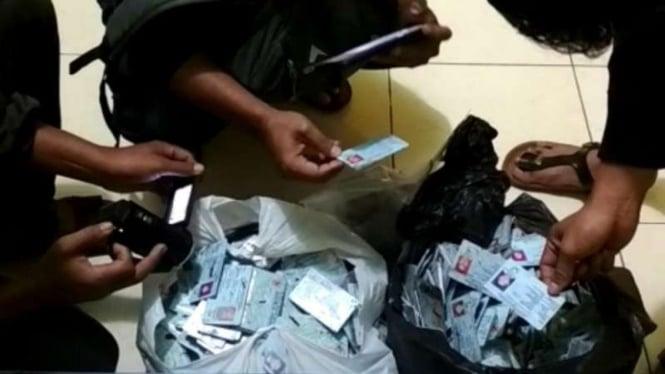 Ribuan e-KTP ditemukan warga Desa Kampung Baru, Kota Pariaman, Sumbar.