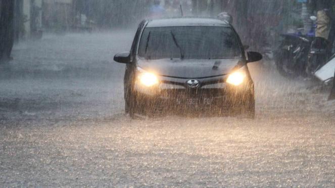 Hujan lebat dan banjir.