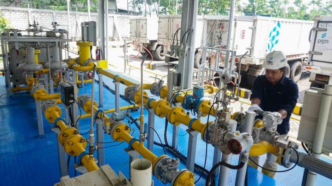Petugas PT Perusahaan Gas Negara Tbk (PGN) mengalirkan gas bumi CNG (Compressed Natural Gas) untuk industri di PRS (Pressure Reducing Station) Tambak Aji Semarang, Senin, 10 Desember 2018.