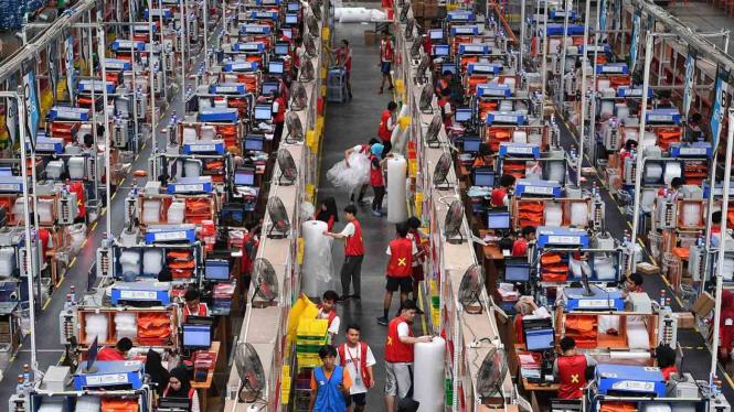Pekerja mengemas barang pesanan konsumen saat Hari Belanja Online Nasional (Harbolnas) 2018 di Warehouse Lazada, Depok, Jawa Barat, Rabu, 12 Desember 2018.